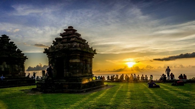 yogya-backpacker_see_do_5_budget_temple_ijo_temple_sunset_2